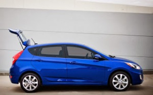 2013-Hyundai-Accent-hatchback-right-side-1-1024x640